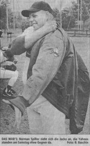 DAS WAR'S: Norman Spiller zieht sich die Jacke an, die Yahoos standen am Samstag ohne Gegner da. Foto: B. Baschin