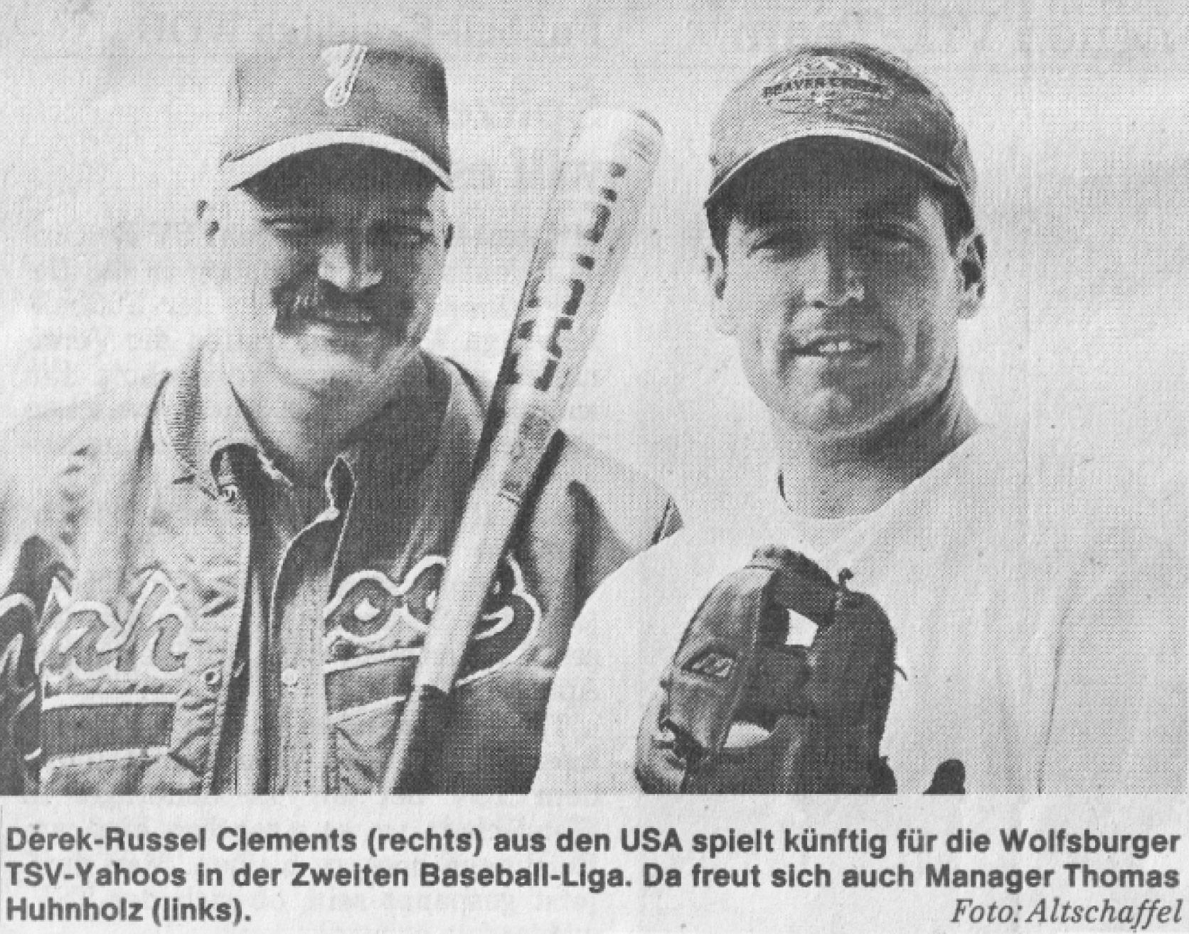 Derek-Russel Clements (rechts) aus den USA spielt künftig für die Wolfsburger TSV-Yahoos in der Zweiten Baseball-Liga. Da freut sich auch Manager Thomas Huhnholz (links). Foto: Altschaffel