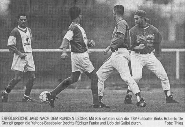 ERFOLGREICHE JAGD NACH DEM RUNDEN LEDER: Mit 8:6 setzten sich die TSV-Fußballer (links Roberto De Giorgi) gegen die Yahoos-Baseballer (rechts Rüdiger Funke und Udo del Gallo) durch. Foto: Thies