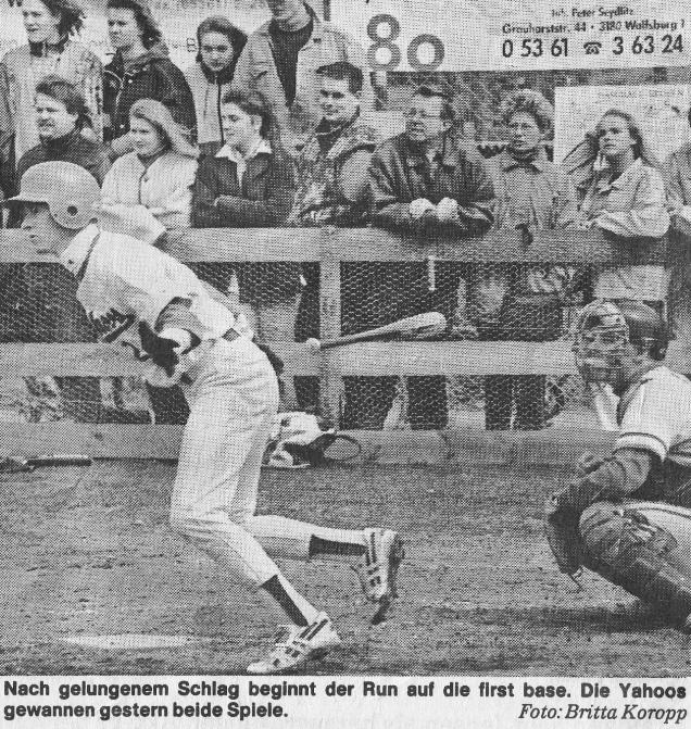 Nach gelungenem Schlag beginnt der Run auf die first base. Die Yahoos gewannen gestern beide Spiele. Foto: Britta Koropp