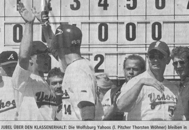 JUBEL ÜBER DEN KLASSENERHALT: Die Wolfsburg Yahoos (l. Pitcher Thorsten Wöhner) bleiben in der Baseball-Bundesliga. Foto: Bierstedt