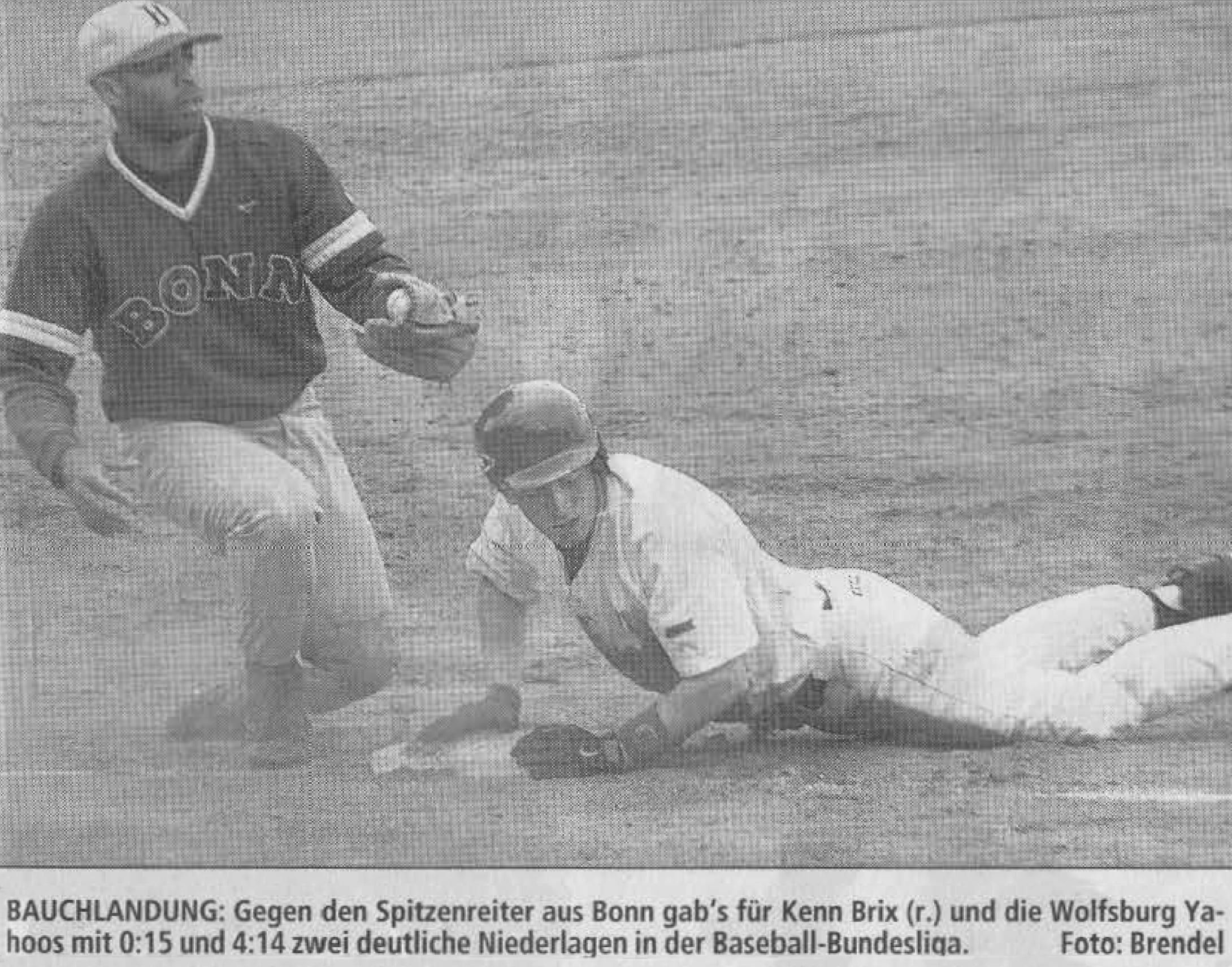 BAUCHLANDUNG: Gegen den Spitzenreiter aus Bonn gab's für Kenn Brix (r.) und die Wolfsburg Yahoos mit 0:15 und 4:14 zwei deutliche Niederlagen in der Baseball-Bundesliga. Foto: Brendel