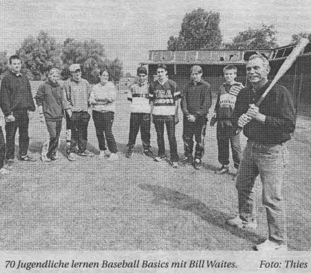 70 Jugendliche lernen Baseball Basics mit Bill Waites. Foto: Thies