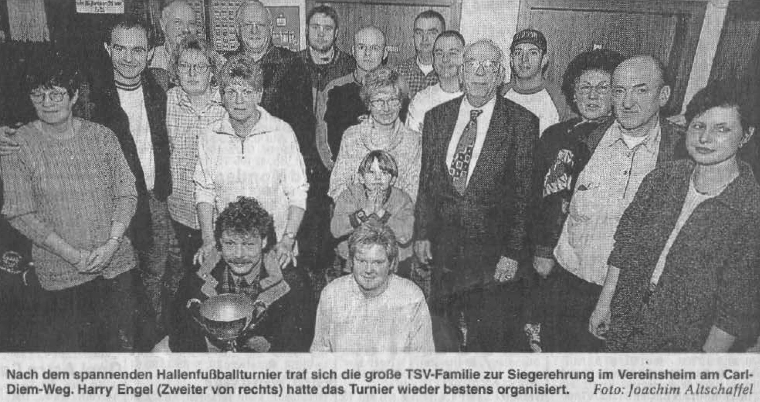 Nach dem spannenden Hallenfußballturnier traf sich die große TSV-Famille zur Siegerehrung im Vereinsheim am Carl-Diem-Weg. Harry Engel (Zweiter von rechts) hatte das Turnier wieder bestens organisiert. Foto: Joachim Altschaffel