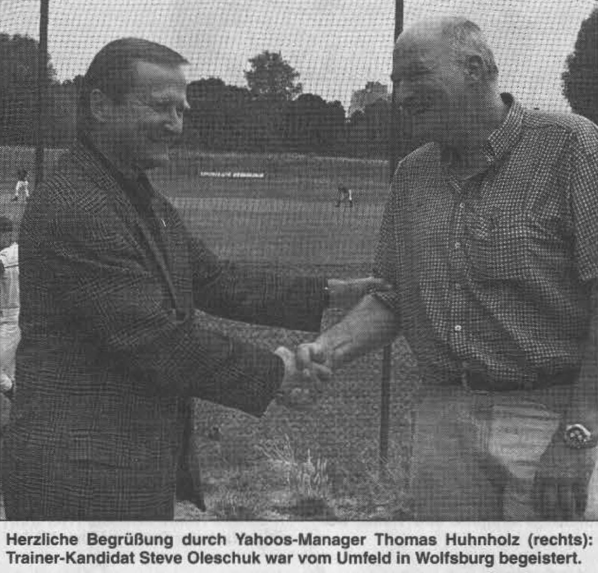 Herzliche Begrüßung durch Yahoos-Manager Thomas Huhnholz (rechts): Trainer-Kandidat Steve Oleschuk war vom Umfeld in Wolfsburg begeistert.