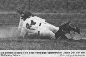 Mit großem Einsatz sein Base verteidigt: Spielertrainer Jason Doll von den Wolfsburg Yahoos. Foto: Helge Landmann