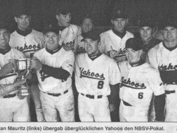 Schiedsrichter Sebastian Mauritz (links) übergab überglücklichen Yahoos den NBSV-Pokal. Foto: Helge Landmann