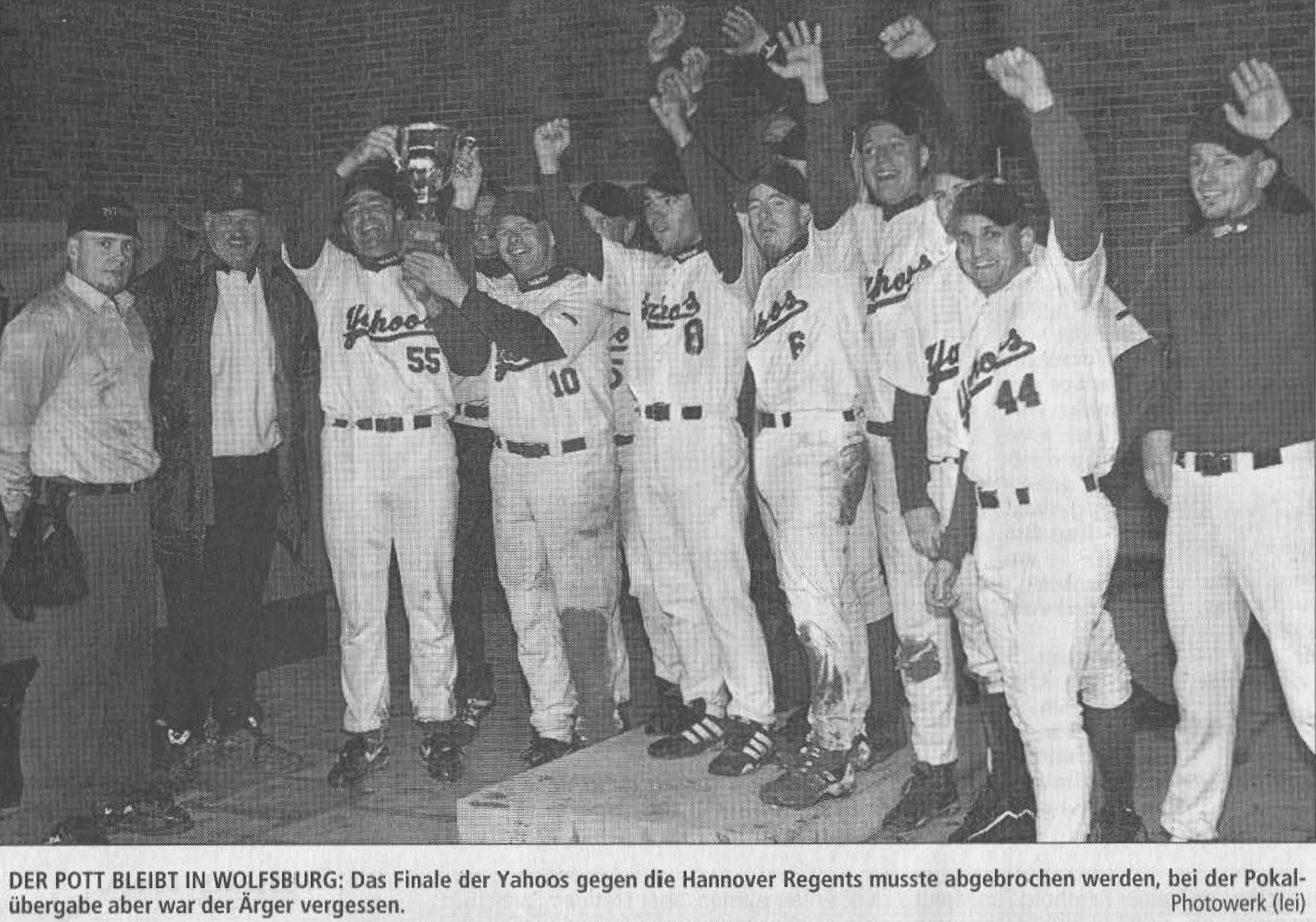 DER POTT BLEIBT IN WOLFSBURG: Das Finale der Yahoos gegen die Hannover Regents musste abgebrochen werden, bei der Pokalübergabe aber war der Ärger vergessen. Photowerk