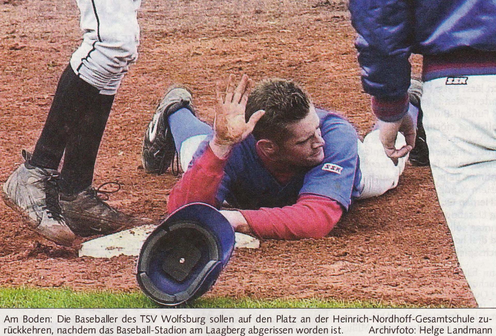 Am Boden: Die Baseballer des TSV Wolfsburg sollen auf den Platz an der Heinrich-Nordhoff-Gesamtschule zurückkehren, nachdem das Baseball-Stadion am Laagberg abgerissen worden ist. Archivfoto: Helge Landmann