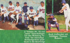"""Thomas Brdaric, der Fußballer machte auch als Baseball eine gute Figur. Thommy (Nr. 14) und """"seine"""" Team-Kollegen von den Wolfsburg Yahoos. Der ehemalige Bundesliga-Klub spielt heute in der Bezirksliga. Auch treffsicher mit Schläger: Thomas Brdaric"""