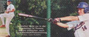 Sieht fast so aus wie bei den Baseball-Profis: Thomas Brdaric beim Abwurf auf dem Mount. Volltreffer! Nicht nur in der Bundesliga ist Thomas Brdaric treffsicher, auch beim Baseball-Probetraining. Fotos: Lars Kaletta