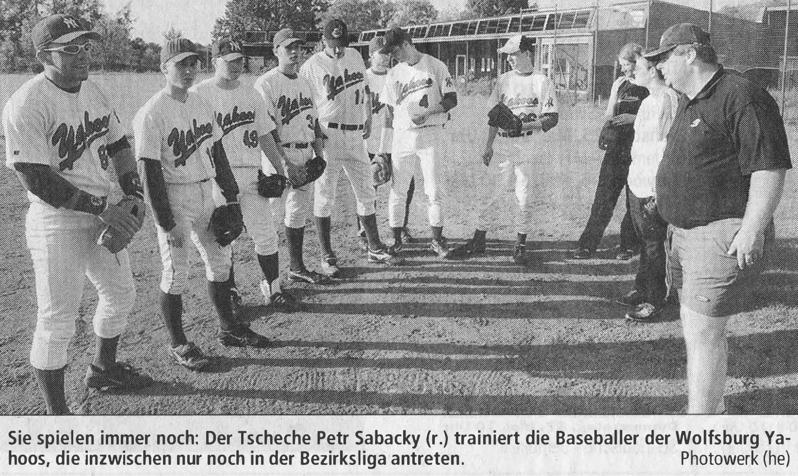 Sie spielen immer noch: Der Tscheche Petr Sabacky (r.) trainiert die Baseballer der Wolfsburg Yahoos, die inzwischen nur noch in der Bezirksliga antreten. Photowerk (he)